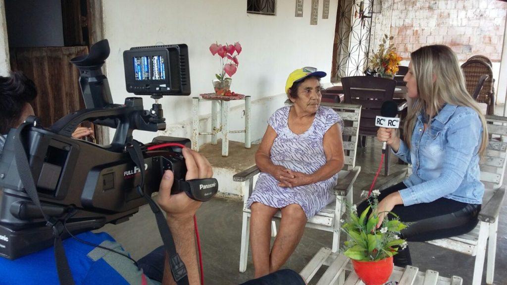 Maria Ferreira da Silva de 108 anos sendo entrevistada pela RC TV (foto: RC)
