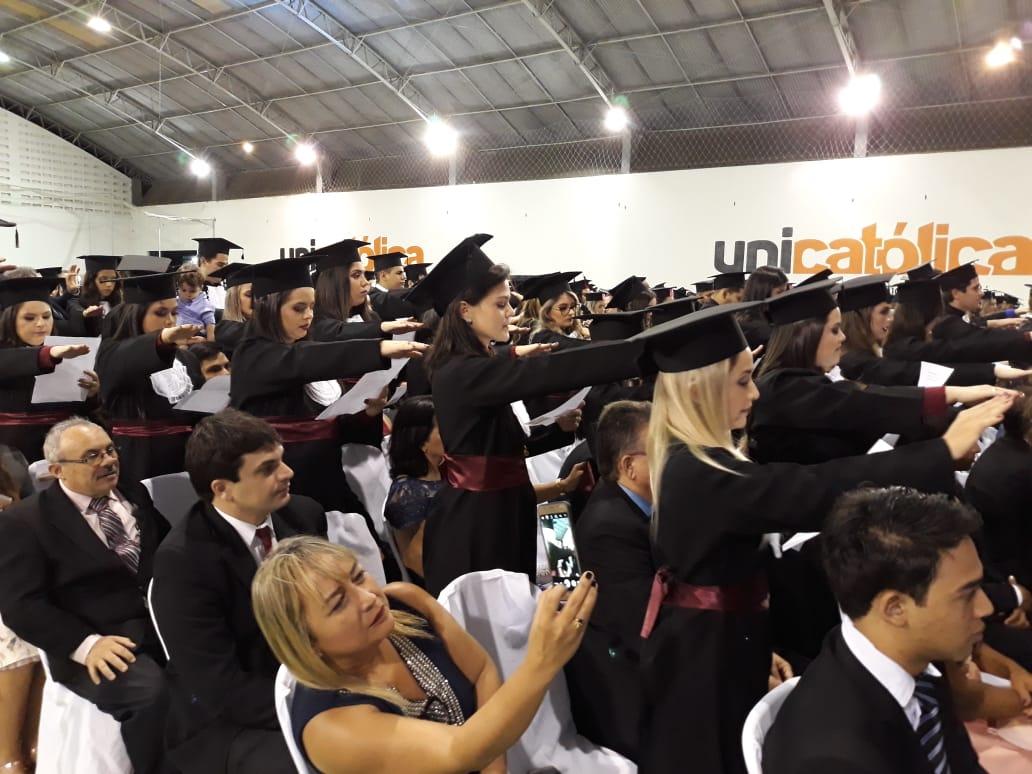 Formandos fazem juramento de se dedicara profissão com jhumanidade (foto: Revista Central)